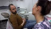 ortodôntico : Patient tells the dentist about his problems while sitting in a chair