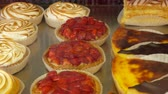 желе : Various small pastries are on the counter of the pastry shop. Fresh Pie covered with jelly