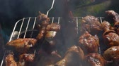 ohnivý : Close-up chicken legs roasted on a grill outdoors