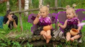 fadas : Girls pretend to be butterflies for photo shooting. Photographer makes pictures of girls with butterfly wings