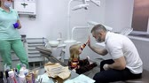 diente : Little girl gives dentist a high five after checking her teeth. Dental clinic