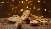 escuro : Cantucci cookies fall on a wooden surface on a background of Christmas lights