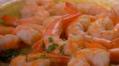 champanhe : Delicious shrimp in spicy sauce sprinkled with chopped herbs. Shrimp Recipe Stock Footage