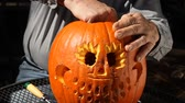 přípravě : cleaning up the fibrous material out of a carved jack o lantern