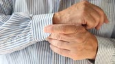 sakatlık : Older man manages a button despite a disability Stok Video