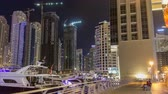 şehir merkezinde : Run on promenade of Dubai Marina with view of Towers and canal in Dubai night timelapse hyperlapse