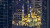 fascinante : Al Raheem mosque between skyscrapers day to night timelapse on the marina walk in Dubai Marina, Dubai, UAE. Stock Footage