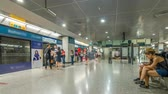 bíblico : Passengers waiting for metro train in Singapore Mass Rapid Transit MRT timelapse.