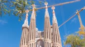 catolicismo : Sagrada Familia, a large Roman Catholic church in Barcelona, Spain timelapse