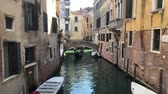 benátky : VENICE, ITALY - MARCH 28, 2018: people takin stroll in gondola at traitional Venice canal with reflection of houses, Italy