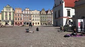 базарная площадь : POZNAN, POLAND - APRIL 06, 2018: People walking and resting on old market square in Poznan at spring sunny day, Poland