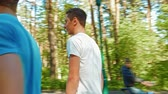 passeio : Two young men on rollerskate in a park Stock Footage