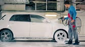 garagem : Man washing car on a car wash