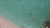 коралловый : Motor boat floats on ocean shore. Aerial view. Exuma, Bahamas
