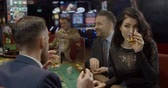 jogos de azar : Upper class friends cahtting in a casino