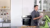 assar : Chef cooking dessert on a modern kitchen at home Vídeos