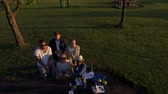 многоцветный : Multi-ethnic group of friends drinking coffee and chatting in a park