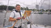kabel : Captain on a yacht behind steering wheel Dostupné videozáznamy
