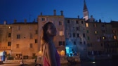 croácia : Woman enjoying a evening in a Rovinj, Croatia