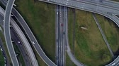 passagem elevada : Top down aerial view of traffic on freeway Vídeos