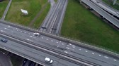 curva : Top down aerial view of traffic on freeway Vídeos