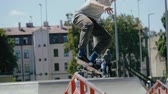 embarque : Young skater doing tricks outdoors. Slowmotion video 150fps