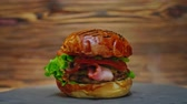 hambúrguer : Juicy tasty burger Stock Footage