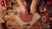 magia : Woman making gingerbread for Christmas