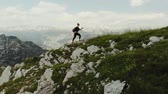 risque : Woman hiker on top of mountain Vidéos Libres De Droits