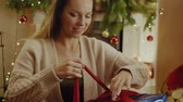 lareira : Beautiful youn woman with a Christmas gift Stock Footage