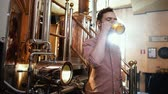 brennerei : Man tasting fresh beer in a brewery