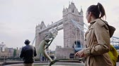 theems : Woman near Tower Bridge in London Stockvideo