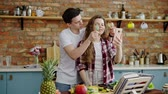 preparar : Young couple cooking together on a kitchen
