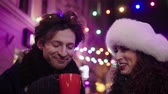 atividades : Couple with hot drinks outdoor on a cold winter evening Vídeos