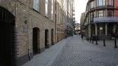 cantaria : people commute to work early in the morning on shad thames near tower bridge Vídeos