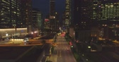singapur : Aerial footage Night traffic on the road between skyscrapers in the city