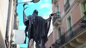 citrouille : Halloween ghost in a black cloak on the street. street decorations for Halloween Vidéos Libres De Droits