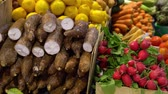vegetarianismo : fresh vegetables on a market counter