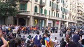 demonstrar : young people with the flags of Catalonia chant against the police cordon
