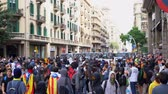 demonstrar : young people with flags of Catalonia against the backdrop of a police cordon