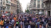 demonstrar : chanting people against the background of a police cordon in Barcelona