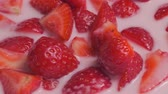 dietético : ripe strawberries in yogurt. clockwise slow motion movement Vídeos
