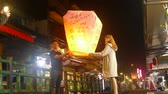 lanna : New Taipei City, Taiwan - 14 Feb, 2019 : Pingxi, Jingtong, Xinbei City, attracts tourists to the sky lanterns around the annual Lantern Festival Stock Footage