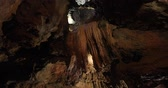 洞窟 : Formations and underground waterfall in Tuckaleechee Caverns in Townsend Tennessee
