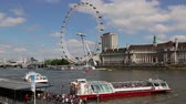 inglaterra : London Eye with sight seeing boat