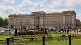 inglaterra : Buckingham Palace London with traffic and flowers