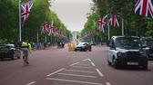 Лондон : London traffic on the Mall Стоковые видеозаписи