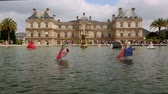 brinquedos : Paris Luxembourg Palace with toy sail boats  Vídeos
