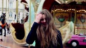 posou : Smiling girl at the carousel in Marais in Paris