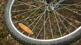 rolamento : Spoked wheel of an overturned mountain bike. spins freely FullHD video.